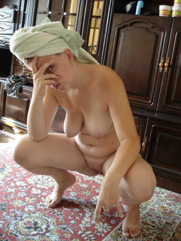 Мамаша раздевается в комнате своей дочки (8 фотографий)